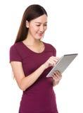 Uso asiático de la mujer de la tableta digital Foto de archivo libre de regalías