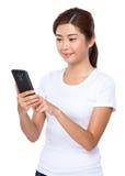 Uso asiático de la mujer del teléfono móvil Imagenes de archivo