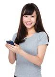 Uso asiático de la mujer del teléfono móvil Imagen de archivo