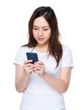 Uso asiático de la mujer del teléfono móvil Fotografía de archivo