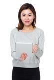Uso asiático de la mujer joven de la PC de la tableta imagen de archivo