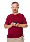 Uso asiático del hombre del teléfono móvil Imagen de archivo
