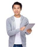 Uso asiático do homem da tabuleta Fotos de Stock Royalty Free