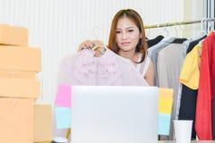 Uso asiático Live Video da mulher que flui para gerar ligações e vendê-las em meios sociais visores no funil do mercado e das ven imagens de stock royalty free