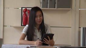 Uso asiatico app della donna per il negoziato del telefono stock footage