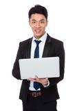 Uso asiatico dell'uomo d'affari del computer portatile Immagine Stock Libera da Diritti