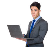 Uso asiatico dell'uomo d'affari del computer portatile Fotografie Stock Libere da Diritti