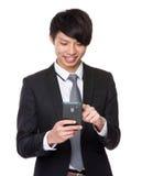 Uso asiatico dell'uomo d'affari del telefono cellulare Fotografia Stock