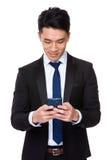 Uso asiatico dell'uomo d'affari del telefono cellulare fotografie stock libere da diritti