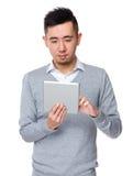 Uso asiatico dell'uomo d'affari del telefono cellulare Fotografia Stock Libera da Diritti