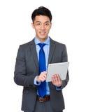 Uso asiatico dell'uomo d'affari della compressa digitale Immagini Stock