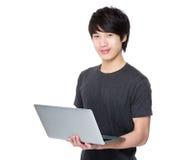 Uso asiatico dell'uomo del computer portatile Immagini Stock Libere da Diritti