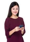 Uso asiatico della donna del cellulare Fotografia Stock Libera da Diritti