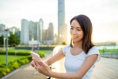 Uso asiatico della donna del cellulare Immagine Stock