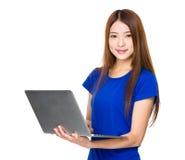 Uso asiatico della donna del computer portatile Fotografie Stock