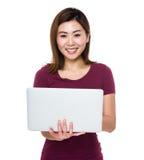 Uso asiatico della donna del computer portatile Fotografia Stock Libera da Diritti