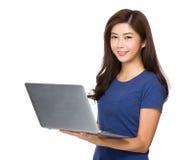 Uso asiatico della donna del computer portatile Fotografie Stock Libere da Diritti