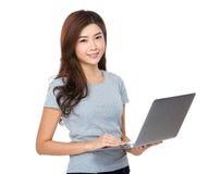 Uso asiatico della donna del computer portatile Immagine Stock