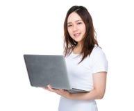 Uso asiatico della donna del computer portatile Fotografia Stock