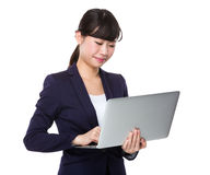 Uso asiatico della donna di affari del computer portatile Immagine Stock Libera da Diritti
