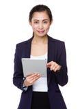 Uso asiatico della donna di affari del pc digitale della compressa Fotografia Stock