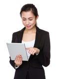 Uso asiatico della donna di affari del pc digitale della compressa Fotografia Stock Libera da Diritti