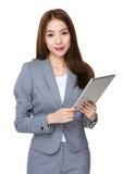Uso asiatico della donna di affari della compressa digitale Fotografie Stock
