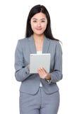 Uso asiatico della donna di affari della compressa digitale Fotografia Stock Libera da Diritti