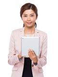 Uso asiatico della donna di affari della compressa digitale Immagine Stock