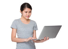 Uso asiatico della giovane donna del computer portatile Fotografia Stock Libera da Diritti