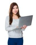 Uso asiatico della giovane donna del computer portatile Immagini Stock Libere da Diritti