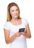 Uso caucásico de la mujer del smartphone Imagenes de archivo