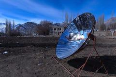 Uso creativo di energia solare bollire acqua in Leh immagini stock libere da diritti