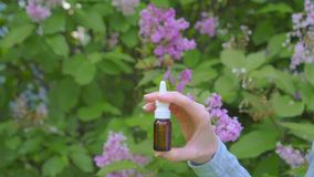 Uso da alergia do pulverizador nasal no fundo de florescer plantas vídeos de arquivo