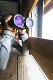 Uso da jovem mulher do binocular Imagens de Stock Royalty Free