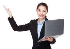 Uso da mulher de negócios da apresentação do portátil e da mão Imagem de Stock