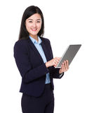 Uso da mulher de negócios da tabuleta Fotografia de Stock