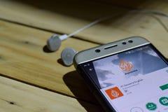 Uso de Al Jazeera English en la pantalla de Smartphone imagen de archivo libre de regalías