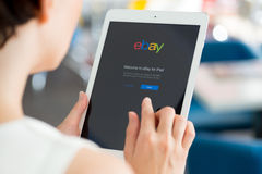 Uso de Ebay en el aire del iPad de Apple Imagenes de archivo
