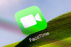 Uso de Facetime en el aire del iPad de Apple Imagen de archivo libre de regalías