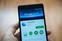 Uso de Google Earth en tienda del juego de Google fotografía de archivo libre de regalías