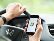 Uso de Google Maps en el iPhone de Apple Foto de archivo libre de regalías