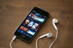 Uso de ITunes en el iPhone 5S de Apple Imagenes de archivo