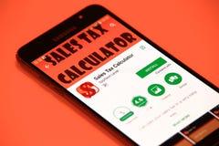 Uso de la calculadora del impuesto sobre venta Fotos de archivo