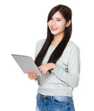 Uso de la mujer de la tableta digital imagen de archivo libre de regalías