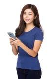 Uso de la mujer del teléfono móvil Imagen de archivo libre de regalías