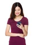 Uso de la mujer del teléfono móvil Fotografía de archivo