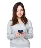 Uso de la mujer del teléfono móvil Foto de archivo