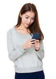 Uso de la mujer joven del teléfono móvil Imagen de archivo