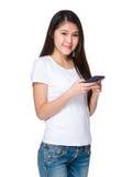 Uso de la mujer joven del teléfono móvil Fotos de archivo libres de regalías